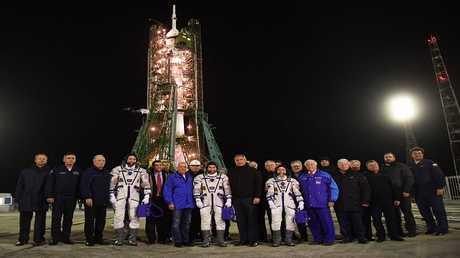 دميتري روغوزين ورواد الفضاء الروس والأمريكيين قبل إطلاق مركبة