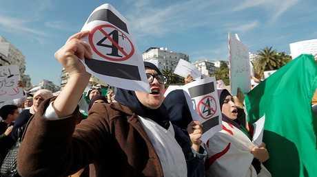 مظاهرة للطلاب والمعلمين الجزائريين مطالبة بالتغيير السياسي