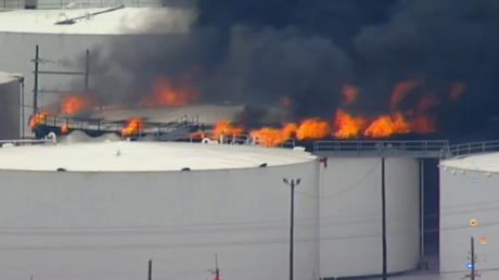 مباشر..حريق ضخم في محطة للبتروكيماويات في تكساس
