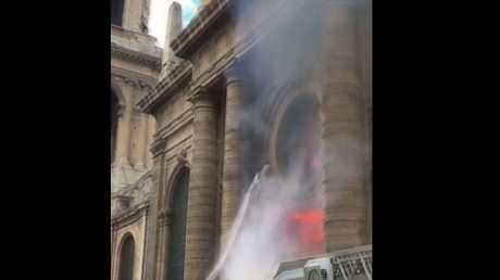 شاهد.. اشتعال كنيسة تاريخية وسط باريس جراء تظاهرات السترات الصفراء