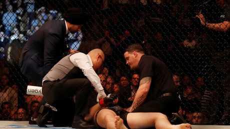 بالفيديو.. مقاتل يفقد وعيه بضربة قاضية ساحقة