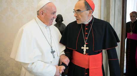 البابا فرنسيس مصافحا الكاردينال فيليب بارباران في 18 مارس 2019