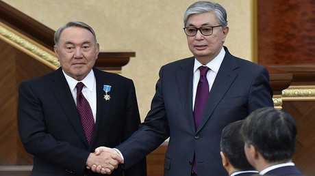 رئيسا كازاخستان الحالي قاسم جومارت توكايف (في اليمين) والأول نور سلطان نزاربايف (في اليسار)