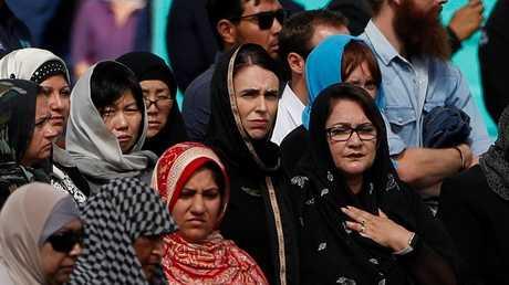 رئيسة وزراء نيوزيلندا جاسيندا أرديرن تحضر صلاة الجمعة خارج مسجد النور في كرايست تشيرش، نيوزيلندا 22 مارس 2019