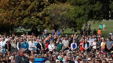 صلاة الجمعة في متنزه هاجلي خارج مسجد النور في كرايست تشيرش، نيوزيلندا 22 مارس 2019
