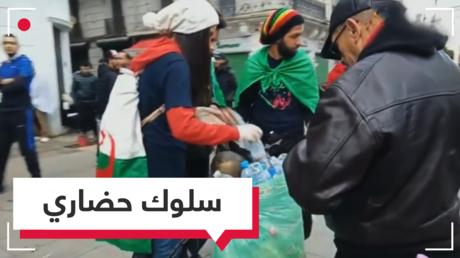 شاهد.. المتظاهرون ينظفون شوارع الجزائر