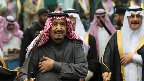 أرشيف الملك سلمان يؤدي رقصة العرضة التقليدية، الرياض، 20 فبراير 2018