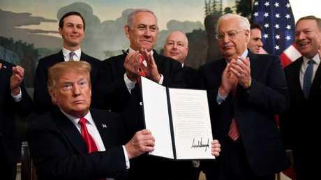 الرئيس الأمريكي، دونالد ترامب، بعد لحظات من التوقيع على المرسوم الذي ينص على اعتراف الولايات المتحدة بسيادة إسرائيل على الجولان السوري المحتل