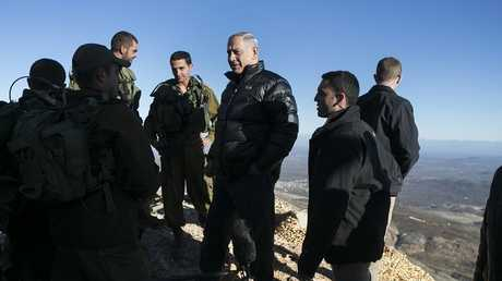 أرشيف - نتنياهو مع جنود إسرائيليين خلال زيارة لجبل الحرمون في مرتفعات الجولان السورية المحتلة، 4 فبراير 2015