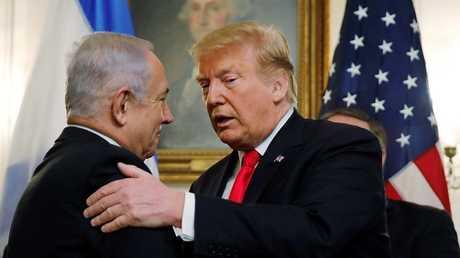 ترامب يصافح نتنياهو بعد اعترافه بسيادة إسرائيل على الجولان السوري المحتل، البيت الأبيض، 25 مارس 2019