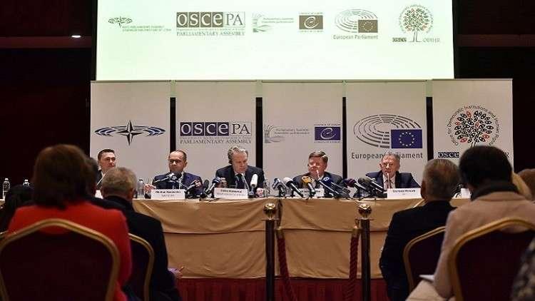 ممثلون لبعثات المراقبة الدولية في الانتخابات الأوكرانية خلال مؤتمر صحفي في كييف في 1 أبريل 2019