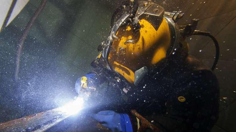غواص يلحم أنابيب ضخ النفط والغاز تحت الماء