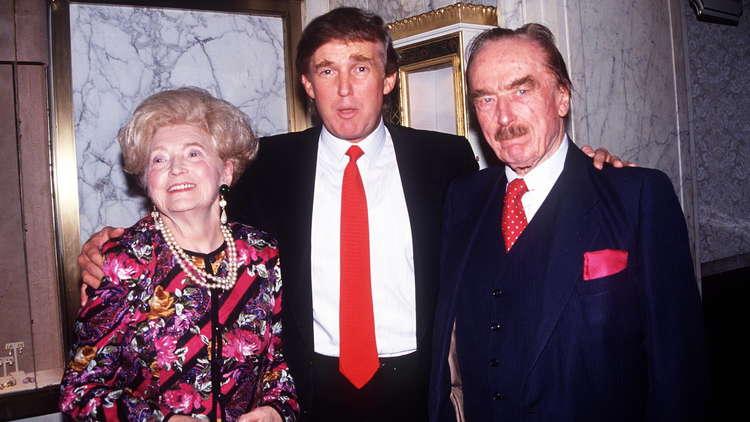 الرئيس الأمريكي دونالد ترامب مع والديه