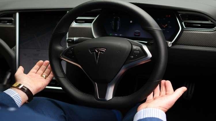 باحثون يخترقون النظام الآلي لسيارة تيسلا ويحولون مسارها