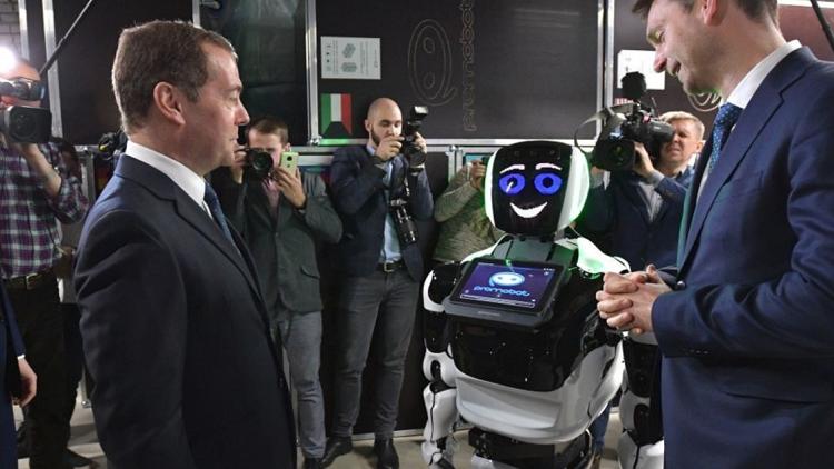 موقف لافت بين روبوت ذكي ورئيس الوزراء الروسي