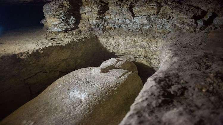 لأول مرة.. فتح قبر فرعوني قديم على الهواء مباشرة