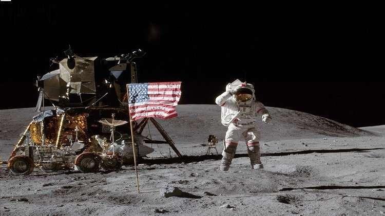 بريطاني خدع رواد الفضاء الأمريكيين لزرع علم بلاده على سطح القمر!