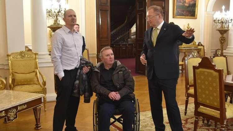 لقاء السفير الروسي لدى لندن ألكسندر ياكوفينكو والبريطاني تشارلي رولي الذي تعرض للتسمم بمادة مجهولة في أيمسبوري، لندن، 6 أبريل 2019