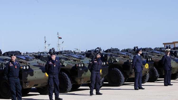 جنود من الجيش الإيطالي في قاعدة بحرية في طرابلس