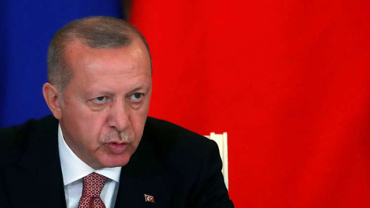 الرئيس التركي رجب طيب أردوغان يتحدث أثناء مؤتمر صحفي مشترك مع نظيره الروسي فلاديمير بوتين في موسكو يوم 8 أبريل 2019