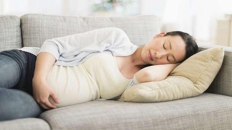 لماذا يجب على الحوامل النوم على أحد الجانبين؟