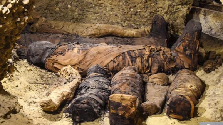 ماذا كشف فتح القبر الفرعوني على الهواء مباشرة؟
