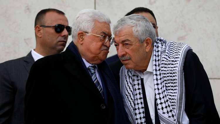 الرئيس الفلسطيني محمود عباس يتحدث إلى القائد في حركة فتح محمود العالول