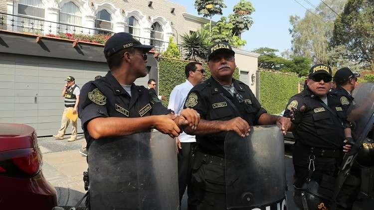 الشرطة امام منزل رئيس بيرو السابق بيدرو بابلو كوتشينسكي يوم 10 أبريل 2019