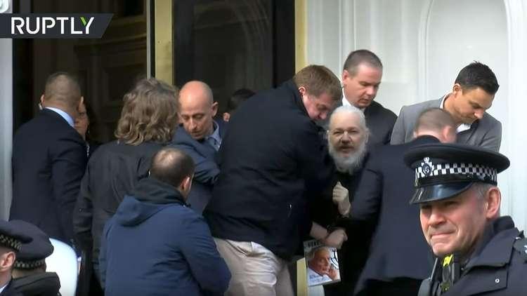لحظة اعتقال جوليان أسانج مؤسس موقع