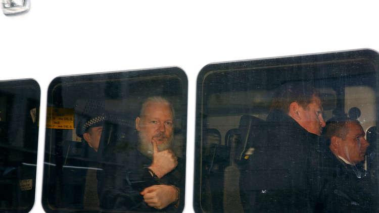 أسانج يغادر مركز الشرطة إلى المحكمة