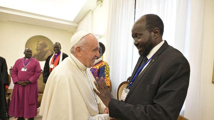 البابا يقبل أقدام رئيس جنوب السودان ونائبه