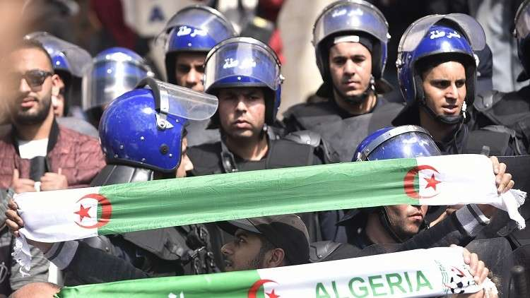 الشرطة الجزائرية تعلن توقيف مجموعة إرهابية مسلحة تضم أجانب خططت لاستهداف مدنيين