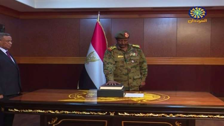 عبد الفتاح البرهان يؤدي القسم رئيسا للمجلس العسكري الانتقالي في السودان