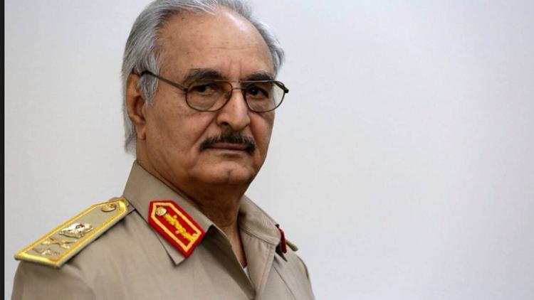 سفير بريطانيا الأسبق في ليبيا يشبه خليفة حفتر بجمال عبد الناصر