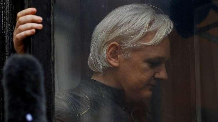 برلمانيون بريطانيون يطالبون بتسليم أسانج للسويد