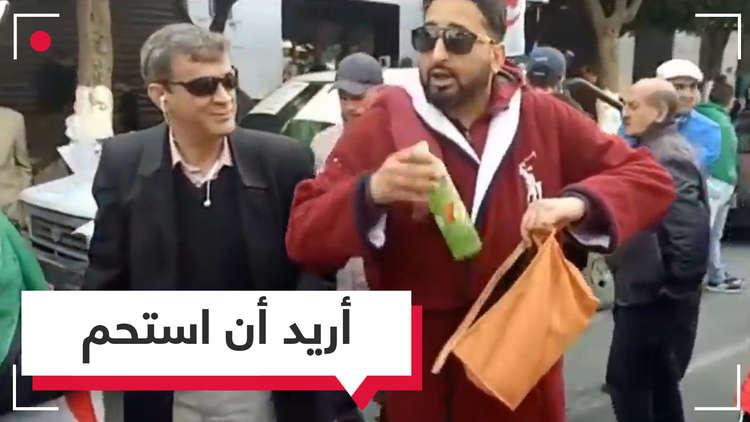 مواطن جزائري يستغل المظاهرات للاستحمام