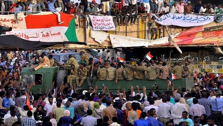 السودان.. محاولة لفض الاعتصام أمام مقر الجيش