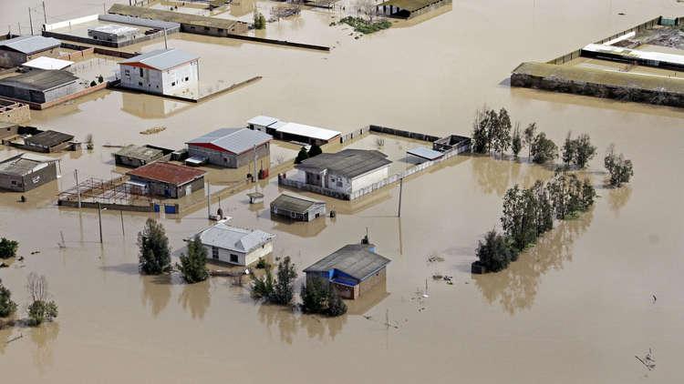 الفيضانات في إيران تجرف مواقف السلطة