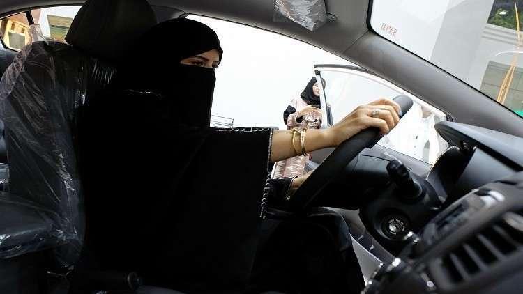 سيدة سعودية تفحص سيارة في أول معرض للسيارات مخصص للنساء - أرشيف