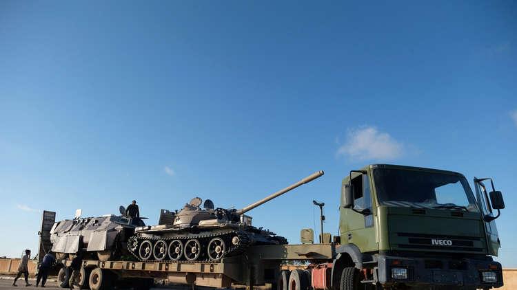 عناصر من الجيش الوطني الليبي بقيادة المشير خليفة حفتر يجهزون تعزيزات عسكرية في بنغازي لإيصالها إلى القوات المتقدمة في الطرابلس