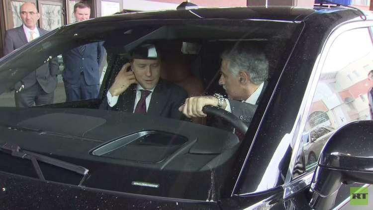 شاهد .. وزير الصناعة البحريني يقود سيارة بوتين
