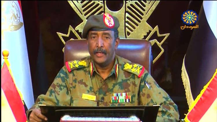 رئيس المجلس العسكري الانتقالي يتلقى اتصالات من العاهل السعودي وأمير قطر