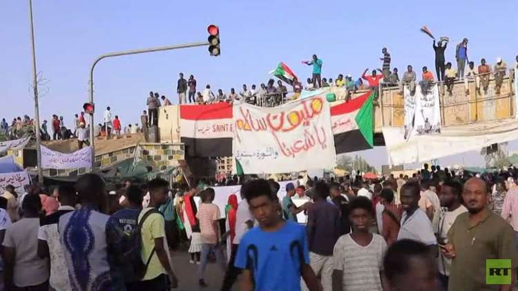 السودانيون يرفضون فض اعتصاماتهم قبل تسليم السلطة لحكومة مدنية