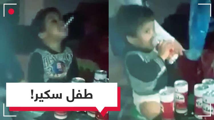 فيديو صادم في تونس.. رضيع يشرب الخمر والأم تشعل له سيجارة!