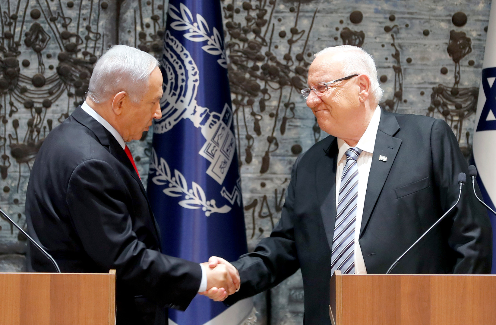 الرئيس الإسرائيلي رؤوفين ريفلين يكلف رئيس الوزراء بنيامين نتنياهو بتشكيل الحكومة الجديدة الـ35