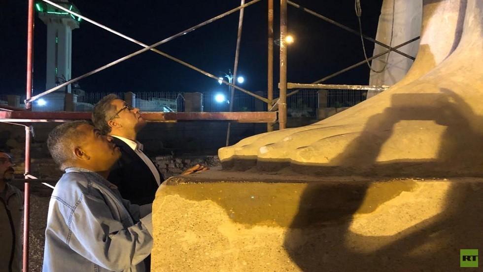 وزير الآثار المصري، خالد العناني، أثناء تفقده عملية تجميع وتركيب وترميم وإعادة إقامة تمثال الملك رمسيس الثاني
