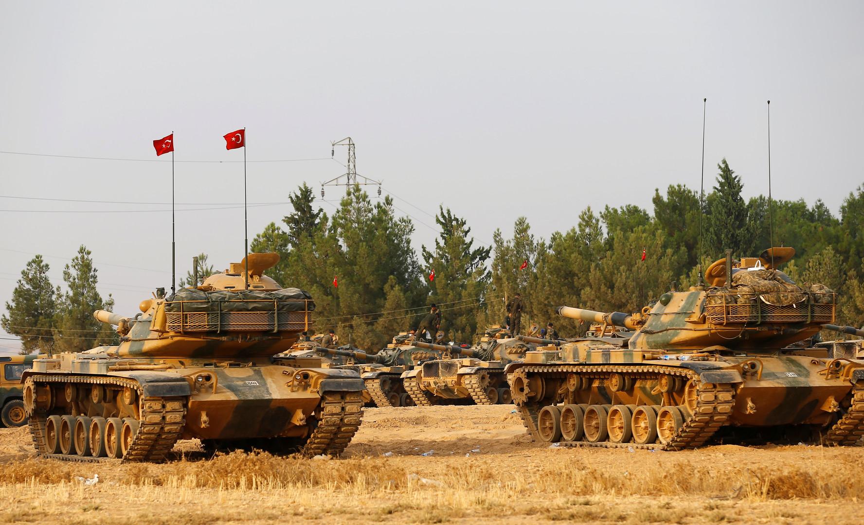 دبابات تركية عند الحدود بين تركيا وسوريا (أرشيف)