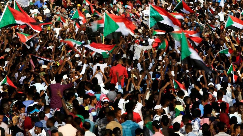 الاحتجاجات أمام مقر وزارة الدفاع السودانية في الخرطوم يوم 18 أبريل 2019