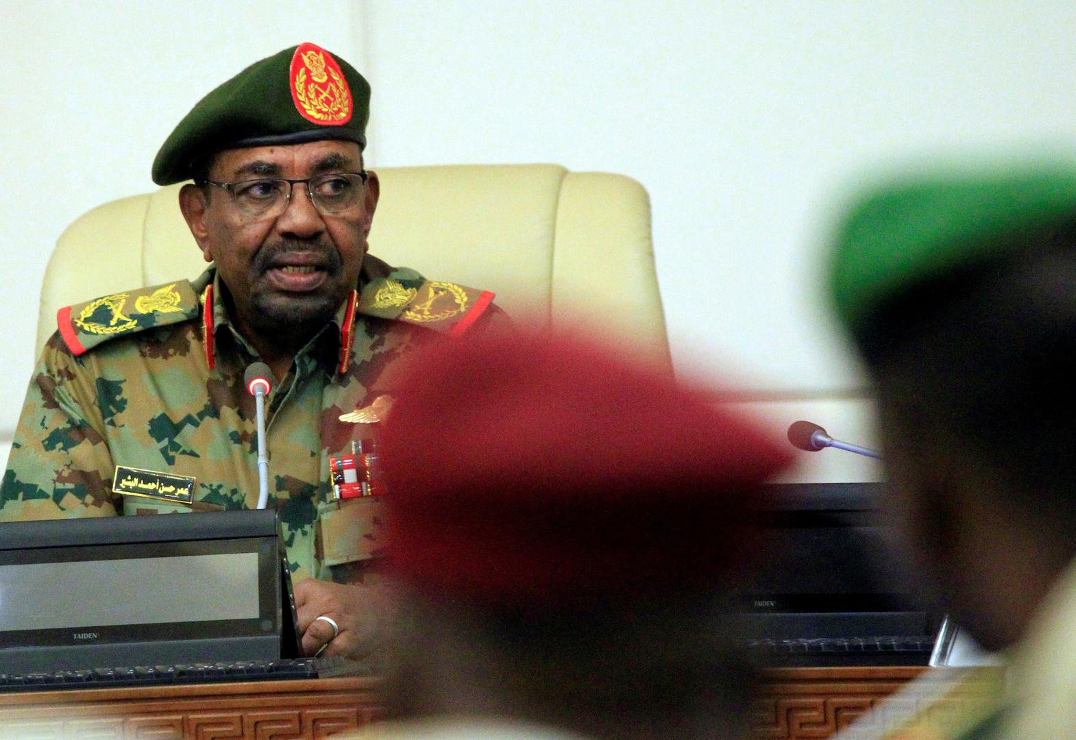 صحفي سوداني يكشف عن تفاصيل خطيرة دفعت لخلع البشير!