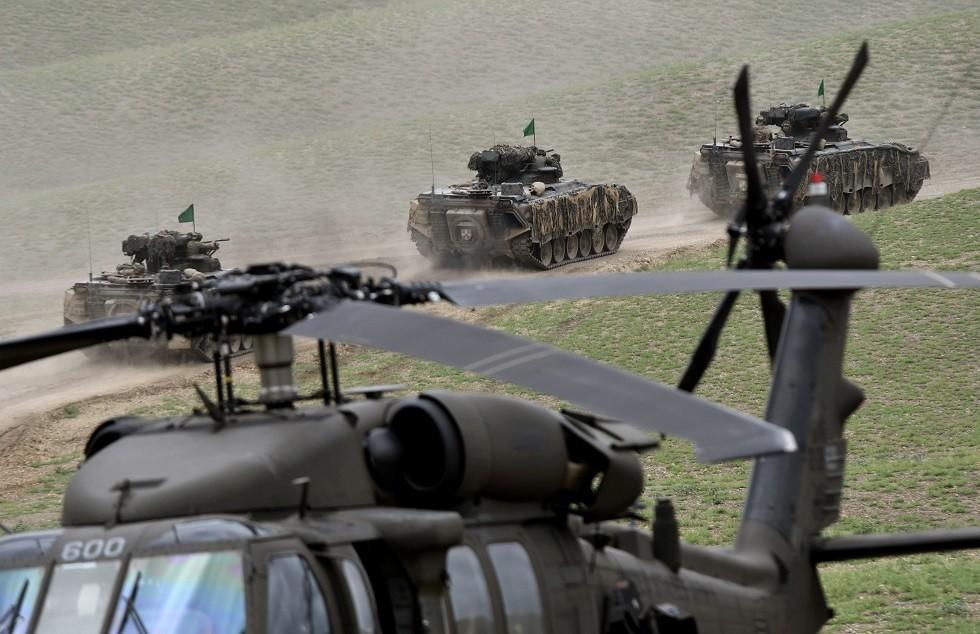 مدرعات تابعة للجيش الألماني ومروحية بلاك هوك أمريكية من طراز UH-60، جورجيا، 15 أغسطس 2018
